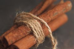 Algumas varas de canela no pacote no fundo escuro Foto de Stock Royalty Free
