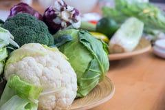 Alguna col y verduras en la tabla Foto de archivo libre de regalías