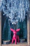 Alguna decoración de la Navidad en una caja de madera vieja fotos de archivo
