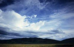 Algunas colinas en Karkara - campo bajo y helipuerto principales Fotos de archivo libres de regalías