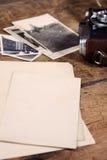 Algunas fotos y cámara viejas de la vendimia en el vector de madera imagenes de archivo