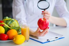 Algunas frutas tal como manzanas, kiwis, limones y bayas en Nutriti imagenes de archivo