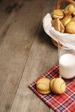 Algunas galletas y un vidrio de leche foto de archivo libre de regalías