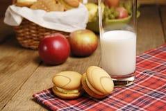 Algunas galletas y un vidrio de leche imágenes de archivo libres de regalías