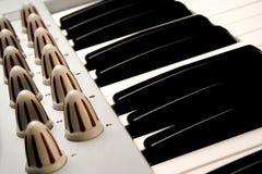 Algunas llaves del piano de un sintetizador modular Imágenes de archivo libres de regalías