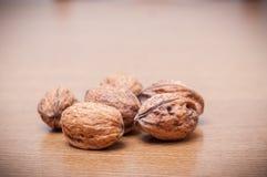 Algunas nueces en una tabla vendimia Fotos de archivo