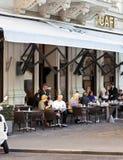 Algunas personas gozan de una taza de café en un café vienés tradicional Imagen de archivo
