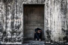 algunas personas que se sientan en estructura abandonada asustadiza Foto de archivo libre de regalías