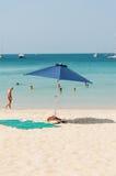 Algunas personas se relajan en la playa Fotos de archivo libres de regalías