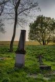 Algunas piedras sepulcrales en un cementerio abandonado y olvidado viejo en Al Foto de archivo libre de regalías