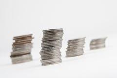 Algunas pilas de monedas en blanco Fotos de archivo libres de regalías
