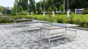 Algunas tablas de ping-pong en un parque público Imagenes de archivo