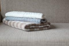 Algunas telas escocesas acogedoras en un sofá Concepto del otoño o del invierno Fotos de archivo libres de regalías