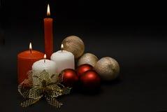Algunas velas y enlaces y bolas de oro. Imágenes de archivo libres de regalías