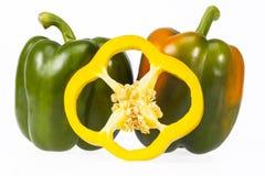 Algunas verduras de la pimienta amarilla y verde aislada en el CCB blanco Foto de archivo