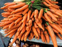 Algunas zanahorias frescas en el mercado de los granjeros imagen de archivo