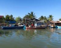 Algunos barcos de pesca de madera en frente de un pueblo tradicional Imagenes de archivo