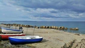 Algunos barcos en una playa del invierno Foto de archivo