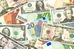Algunos billetes de banco del nosotros-dólar y del euro mezclaron la indicación de comercio imagen de archivo libre de regalías
