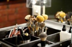 Algunos cepillos y accesorios del maquillaje Imagenes de archivo