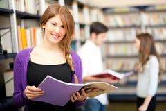 Estudiantes en una biblioteca Imagenes de archivo