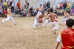 Algunos hombres jovenes juegan con la bola de madera en Año Nuevo lunar del festival en Hanoi, Vietnam el 27 de enero de 2016 Imagen de archivo libre de regalías
