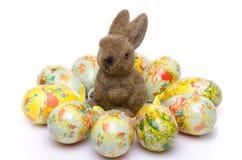 Algunos huevos alrededor de un conejito Imagen de archivo libre de regalías