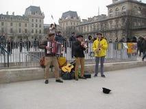 Algunos músicos que se realizan fuera del Notre-Dame de Paris de Cathédrale, París foto de archivo