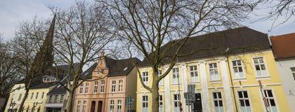 Algunos moers Alemania de los edificios históricos imagen de archivo
