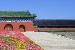 Algunos pasos llevan a la puerta del Templo del Cielo en Pekín (China) Imagenes de archivo