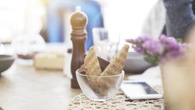 Algunos pedazos de pan asado en un plato transparente en una tabla Fotografía de archivo libre de regalías