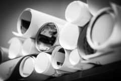 Algunos rollos en un estante en blanco y negro imagenes de archivo
