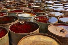 Algunos tambores oxidados tóxicos usados Imagenes de archivo