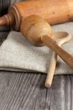 Algunos utensilios de la hornada en la tabla de cocina Foto de archivo