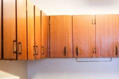 Alguns armários de cozinha de madeira velhos Imagem de Stock