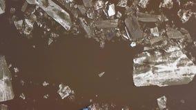 Alguns barcos no banco de rio quando a tra??o do gelo no tempo de mola video estoque
