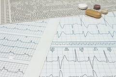 Alguns comprimidos em eletrocardiogramas Registros da atividade cardíaca Drogas licenciadas nos formulários das tabuletas Conceit imagens de stock