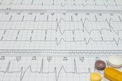 Alguns comprimidos em eletrocardiogramas Registros da atividade cardíaca Drogas licenciadas nos formulários das tabuletas Conceit fotos de stock royalty free
