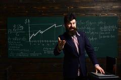 Alguns estudantes aprendem melhor escutando Os bons estudantes da ajuda dos professores fazem grandes perguntas conceito da escol fotografia de stock royalty free