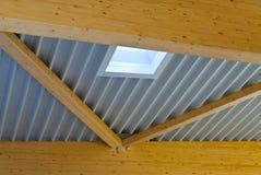 Alguns grandes fardos de madeira apoiam o telhado de uma grande constru??o da f?brica imagens de stock royalty free