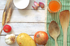 Alguns ingredientes do repice em uma tabela de madeira branca decorada com uma toalha de mesa verde Foto de Stock Royalty Free