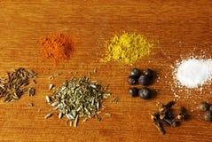 Alguns ingredientes especiarias em um fundo de madeira em um estúdio Fotos de Stock