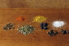 Alguns ingredientes especiarias em um fundo de madeira em um estúdio Foto de Stock