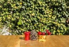 Alguns ornamento do Natal em uma tabela Imagens de Stock Royalty Free