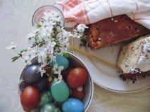 Alguns ovos coloridos em uma placa para a Páscoa Foto de Stock