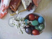 Alguns ovos coloridos em uma placa para a Páscoa Imagem de Stock Royalty Free