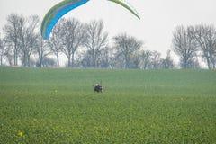 Alguns paragliders voam ao longo da costa íngreme do mar Báltico imagens de stock