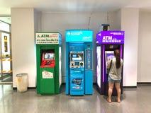 Alguns povos obtêm o dinheiro da máquina do ATM para comprar Foto de Stock