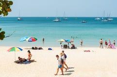 Alguns povos relaxam na praia branca da areia Fotografia de Stock