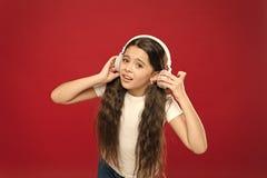 Alguns problemas Crian?a triste da menina para escutar fones de ouvido da m?sica Obtenha a assinatura da conta da m?sica Aprecie  foto de stock